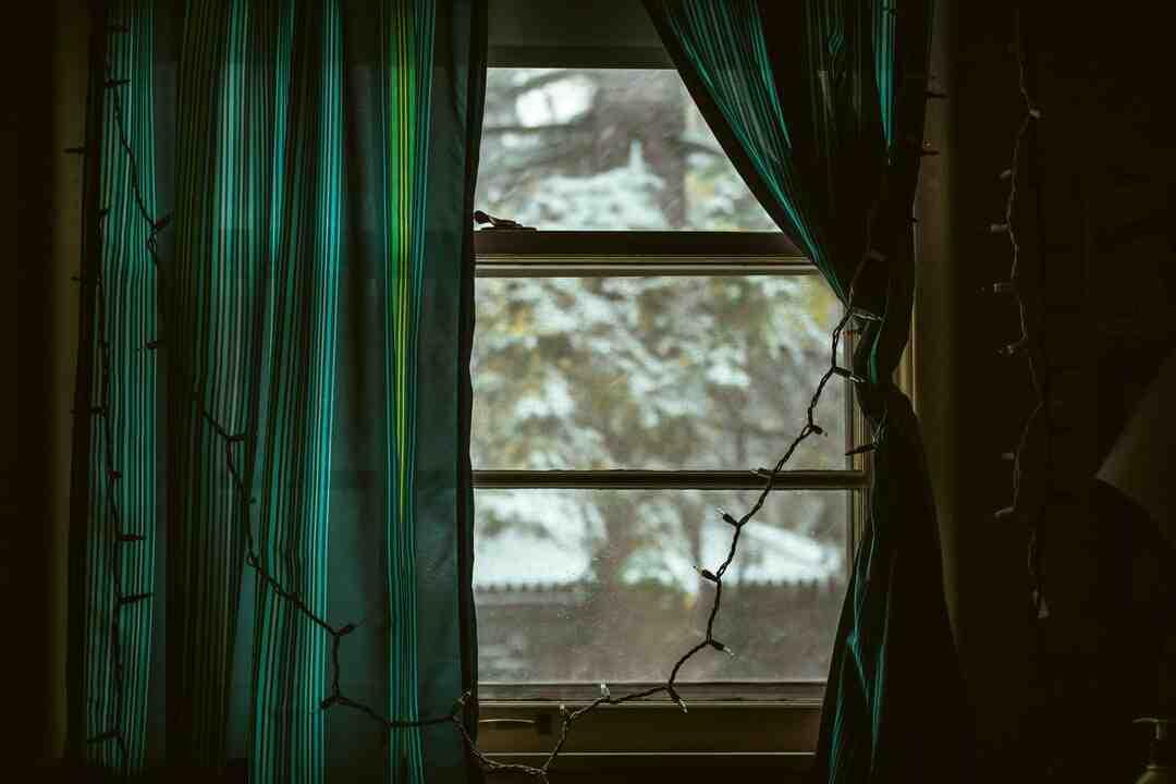 Comment suspendre des rideaux à œillets